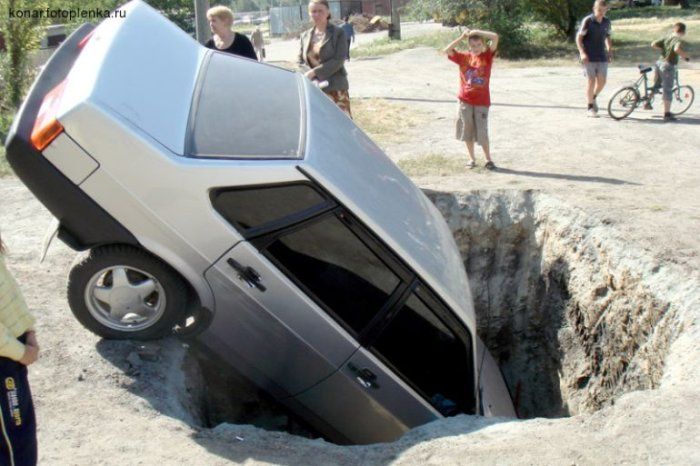lada 99 russian car, hole in the road